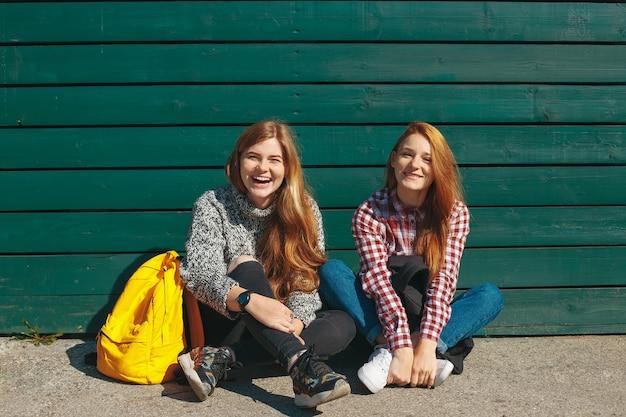 Две молодые подружки стояли вместе и веселились