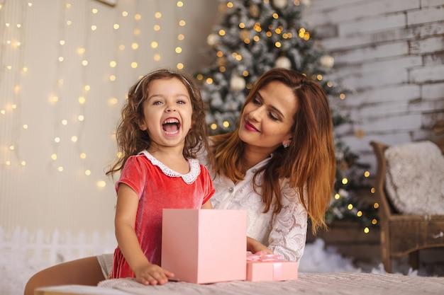 クリスマスのギフトボックスと陽気な幼児の女の子