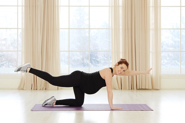 Беременная женщина занимается спортом