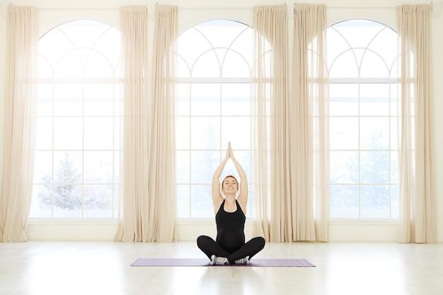 Концепция фитнеса йоги беременности