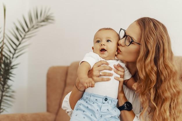 Мать и ребенок весело вместе