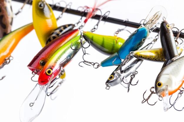 Воблеры цветных рыболовных приманок подвешивают на заготовку удочки