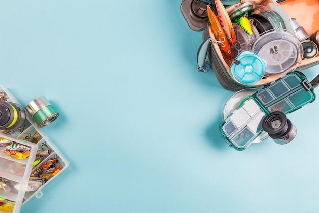 色の背景上の異なる釣り道具