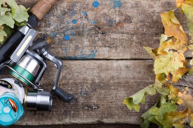 古い木の板に釣り道具