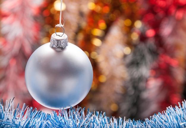 ボールで飾られたクリスマスガーランド