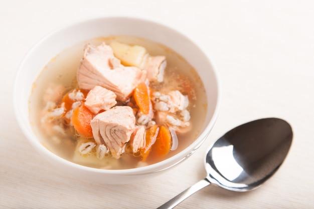 Рыбный суп с лососем и перцем