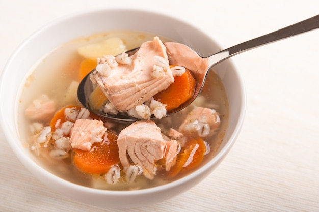 Рыбный суп с лососем и перцем в ложке