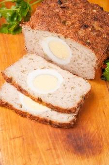 木の板にトルコのリッソールから肉パン