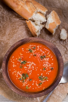 砕いた茶色の紙にトマトのスープのピューレ