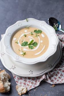 スープピューレと暗闇の砕いたパンの白い皿