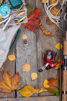 ボード上の秋の葉の釣り道具