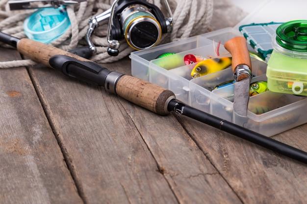 Рыболовные снасти и приманки в ящиках для хранения