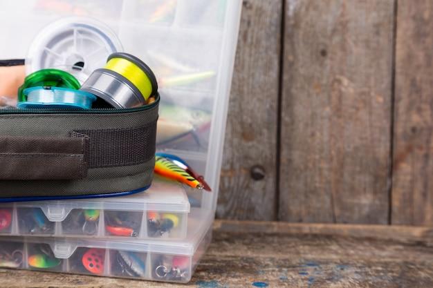 ボックス内の釣り道具、ルアー、餌