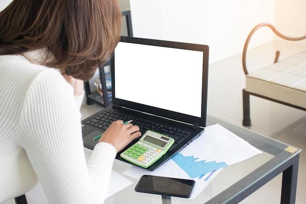 アジアの女性が上の肩からラップトップコンピュータのビューを使用しています