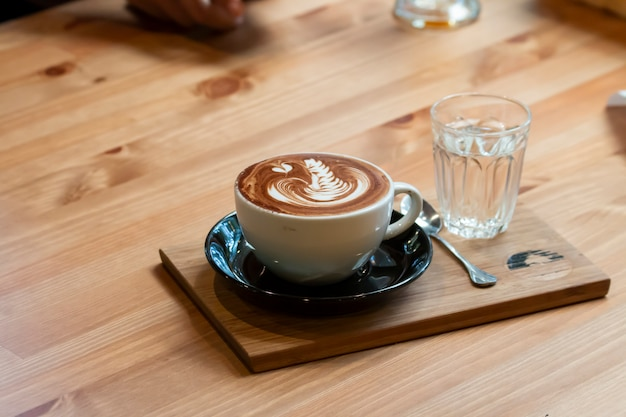 美しいラテアートとコーヒーのカップ