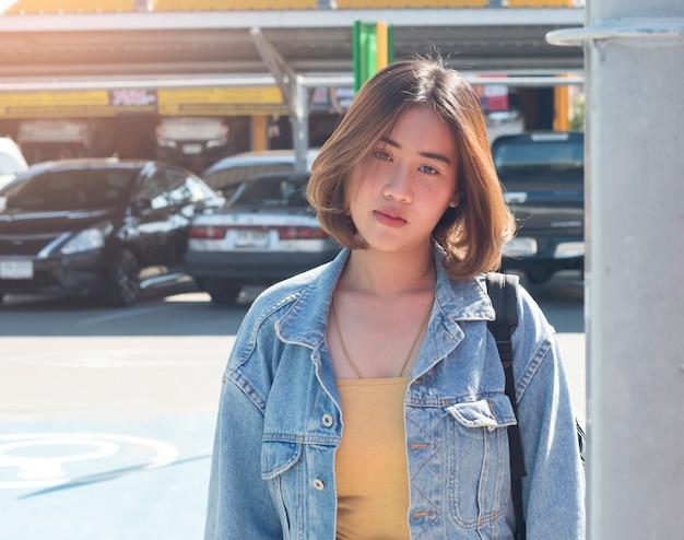 Летний солнечный стиль моды портрет молодой азиатской стильной женщины битник