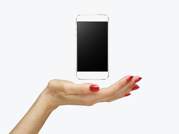 女性の手にスマートフォン