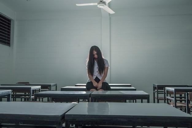 教室で幽霊の女性