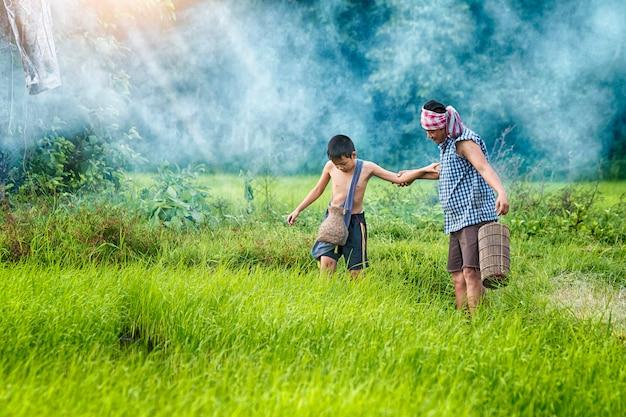彼の父親と一緒に遊んでいる息子