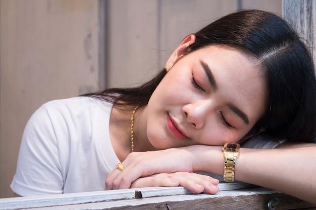 彼女の目を閉じてかわいいアジアの少女の肖像画