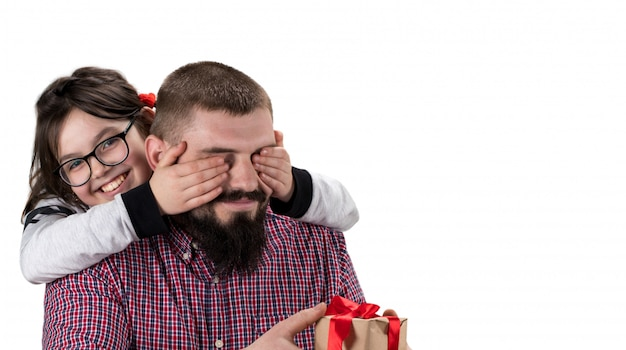 Дочь делая подарок к ее изолированному отцу на белой предпосылке с космосом экземпляра. концепция дня отца