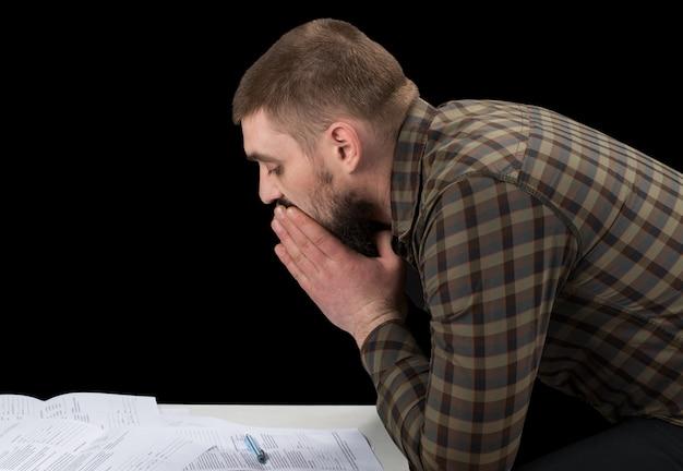 Занятый инвестиционный консультант анализа годового финансового отчета компании. обеспокоенный корпоративный сотрудник работает с графиками документов. фондовый рынок, офис, налог, концепция экономики