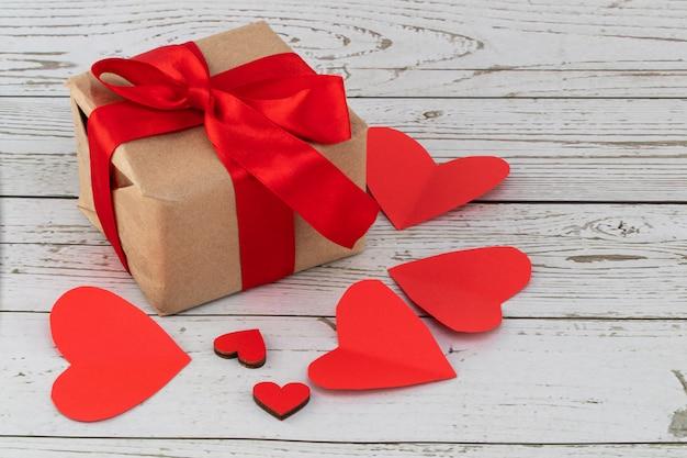 День святого валентина фон. подарки и сердечки. день святого валентина концепция копировать пространство