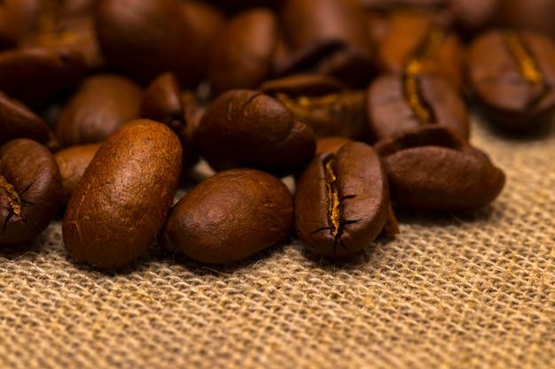 ビンテージリネンの表面にコーヒー豆