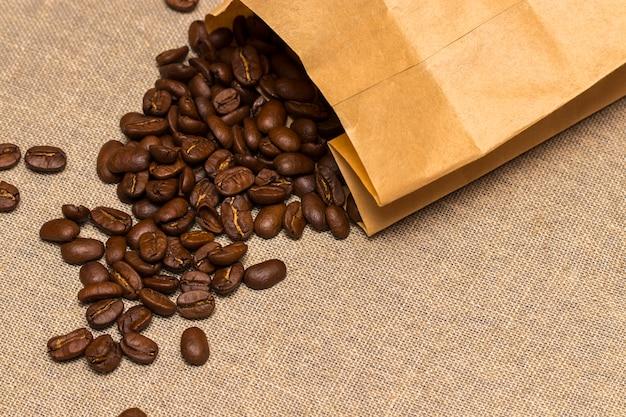 Бумажный пакет с зерновым кофе на винтажном белье