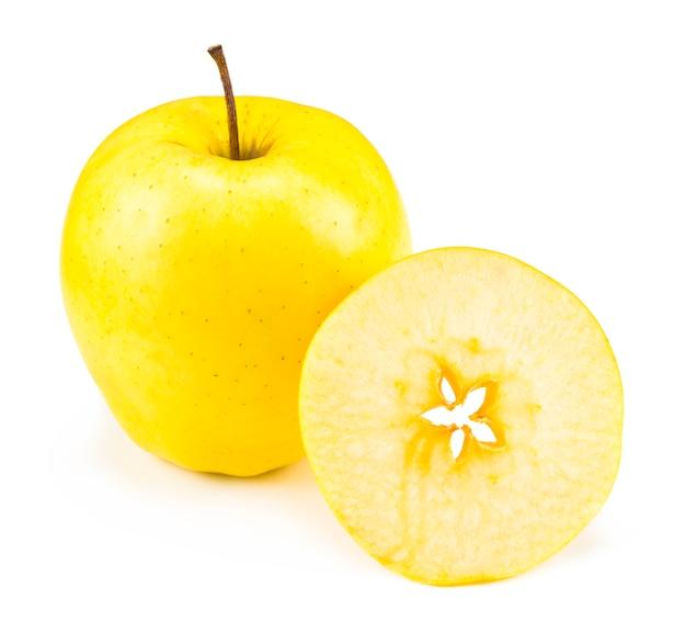 Нарезанные золотые вкусные яблоки, изолированные на белом