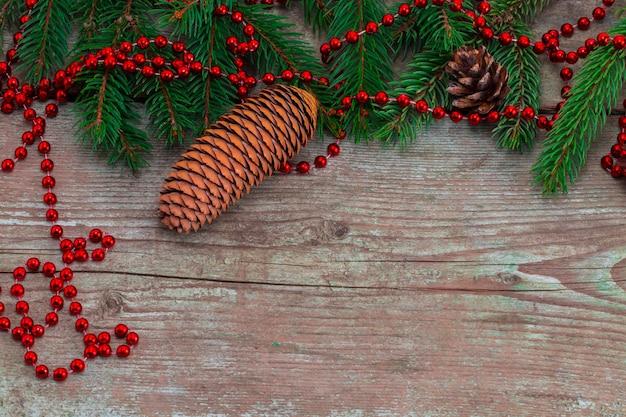 木の板の装飾とクリスマスのモミの木