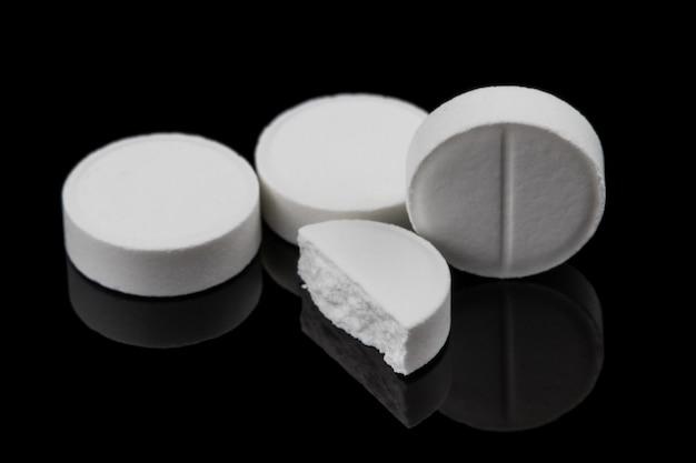 Белые таблетки, срок годности которых истек.