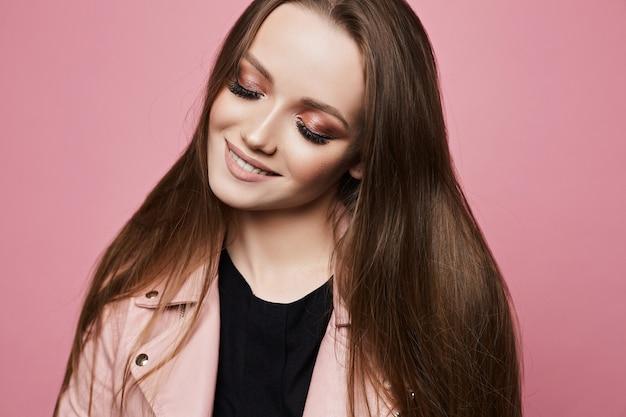Стильная модель девушка со светлыми волосами в черной блузке и кожаной куртке. красота в хипстерском наряде. молодая мода