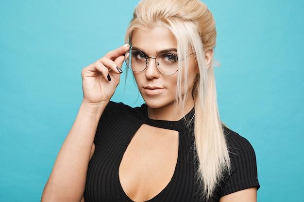 Умная блондинка в очках на синем