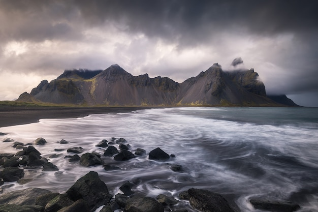 アイスランド、ストックスネスのヴェストラホルン山。