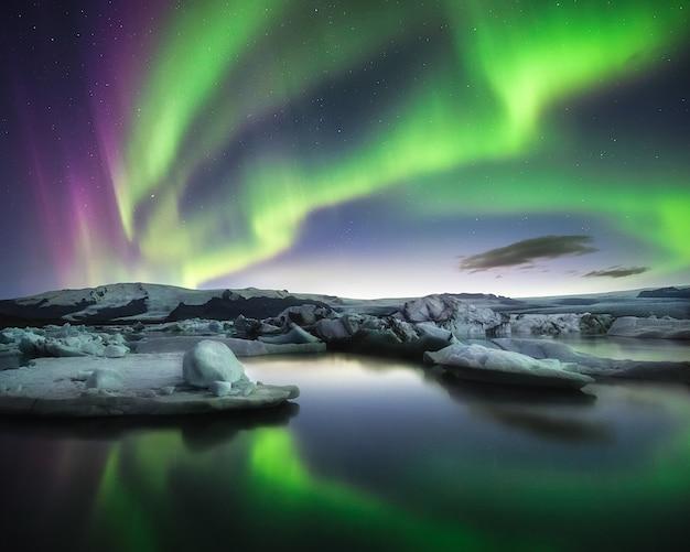 アイスランドの壮大な風景。手配ラグーンのオーロラ。
