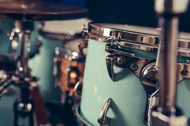 Деталь крупного плана барабанной установки. барабаны на сцене ретро старинные картины.