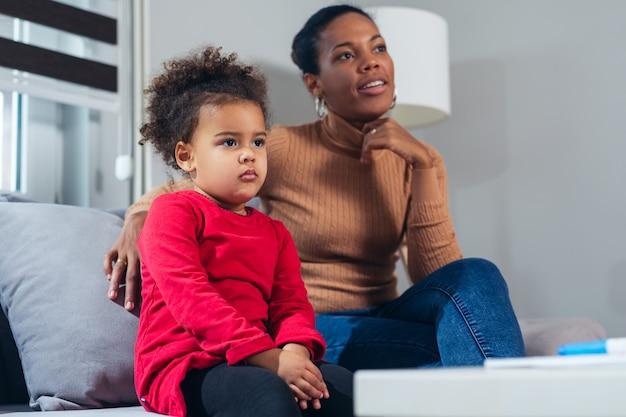 Мать и дочь смотрят фильм