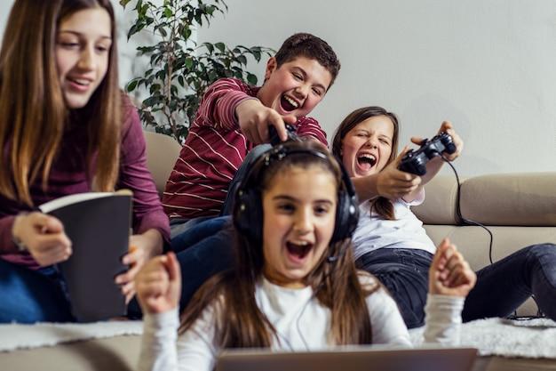 Подростки играют в видеоигры дома