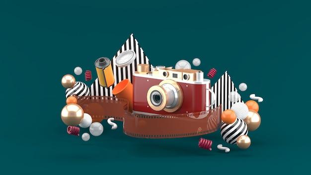 Пленочная камера в окружении пленки и разноцветных шариков на зеленой территории