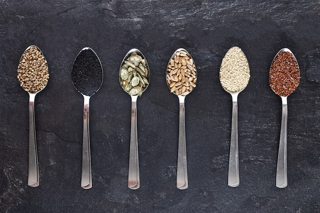 スプーンのさまざまな種類の種子
