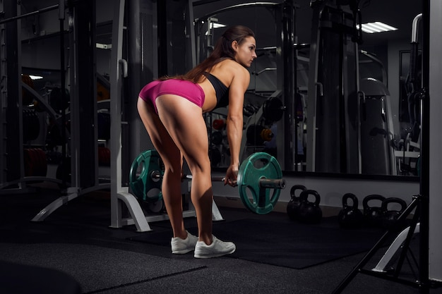 ジムで働くスポーツウェアの女性