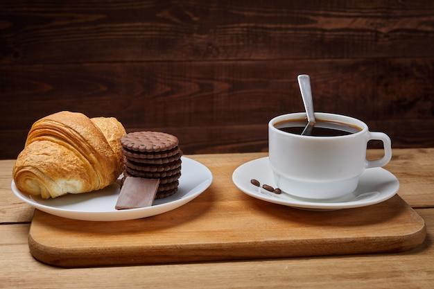 テーブルに置いたホットコーヒー、朝の朝食