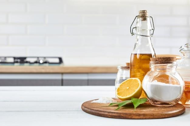 Экологичные натуральные чистящие средства. пищевая сода (бикарбонат натрия), лимон, винергар и соль. концепция очистки дома.