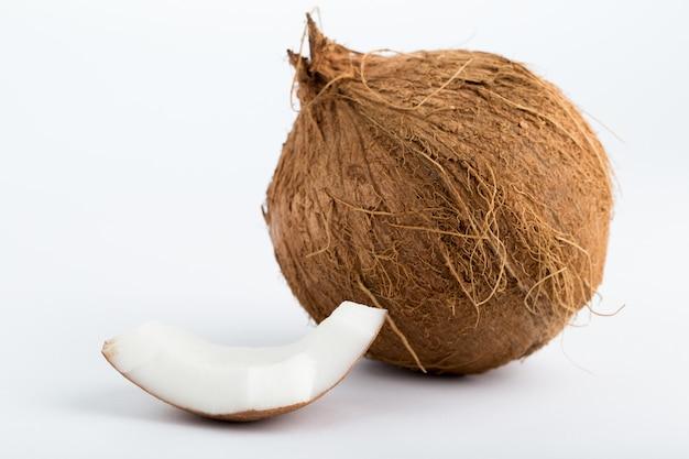 Коричневый кокос свежий спелый и нарезанный орех