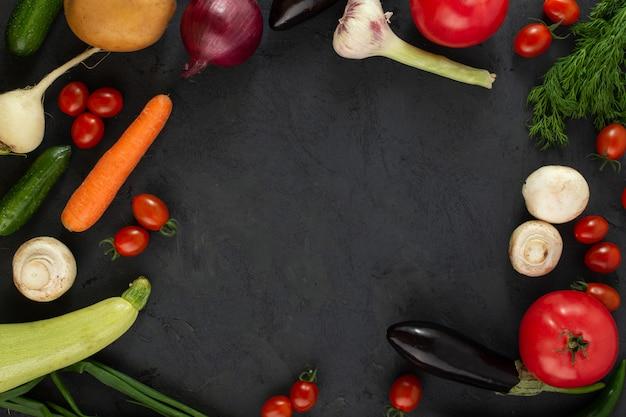 Цветные овощи свежие на темном фоне