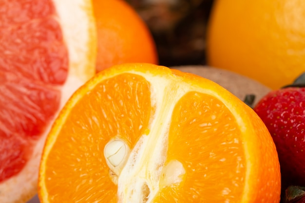 Грейпфрут и оранжевые красочные сочные фрукты
