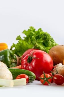 Салат из свежих овощей цветной салат на белом фоне