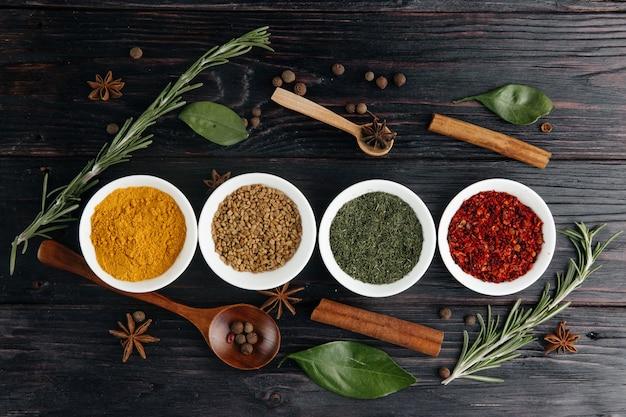 Вид сверху. индийская кухня приправа. приправы из свежих и сушеных трав в мисках. свободное место для копирования