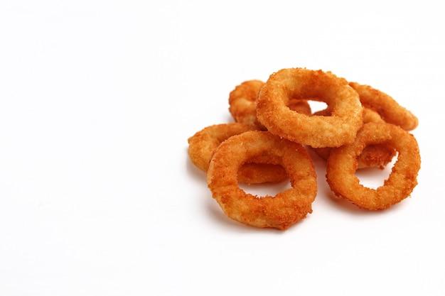Луковые кольца на белом. пивные закуски. изолированные